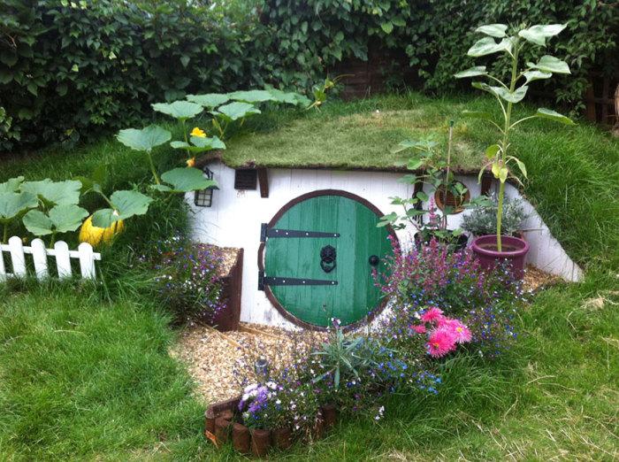 Човекът си построи землянка в задния си двор.