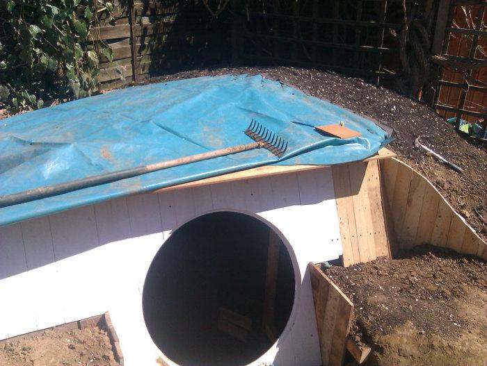 Покривът е покрит с хидроизолация.