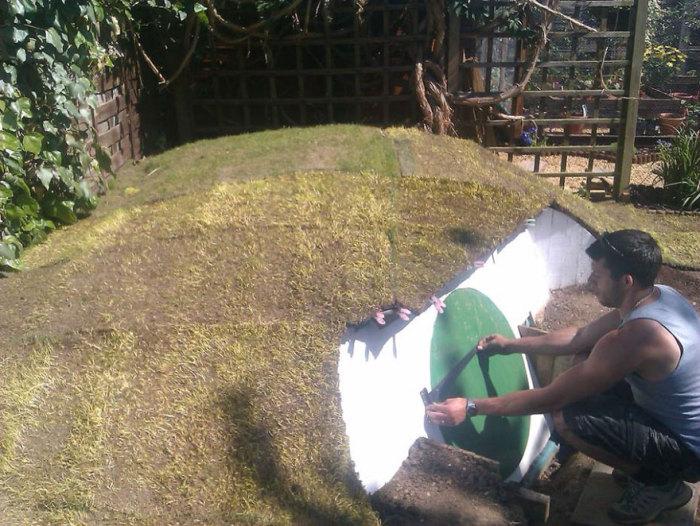 Покривът е покрит с трева.