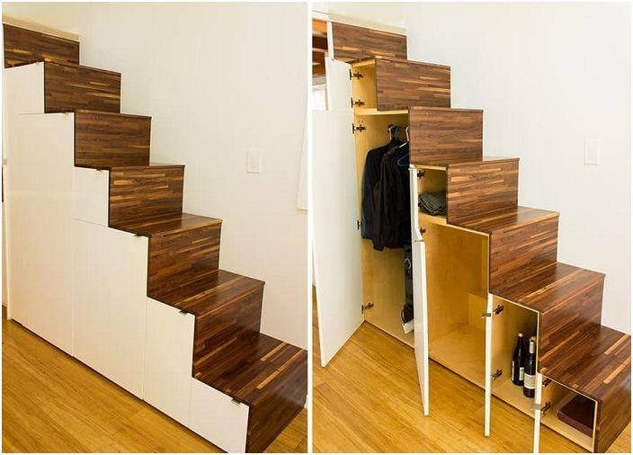 Лестница с ящиками и шкафчиками.