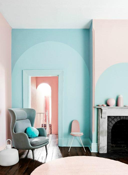 Розово и синьо в интериора на хола.
