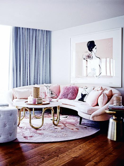 Луксозна всекидневна в пастелни цветове.