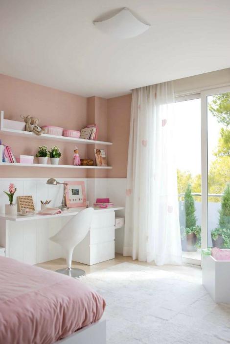 Бяла и розова спалня.