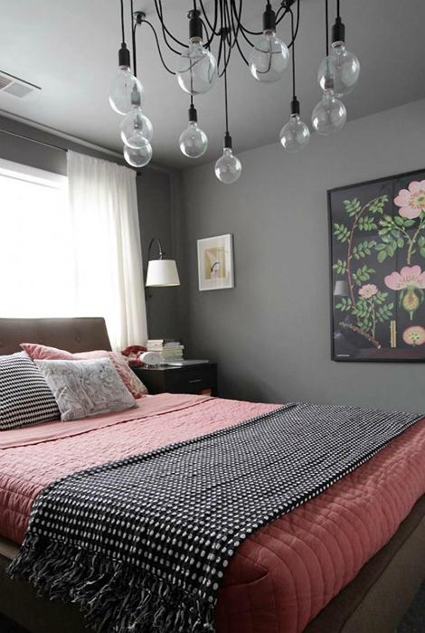 Спалня в сиво-розов цвят.
