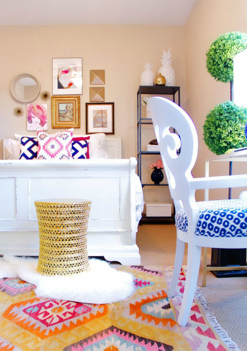 Спалня в пастелни цветове с ярки декоративни елементи.