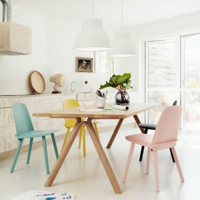 Светла кухня с мебели в пастелни цветове.