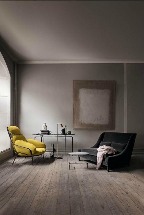 Домашен офис със сиви стени.