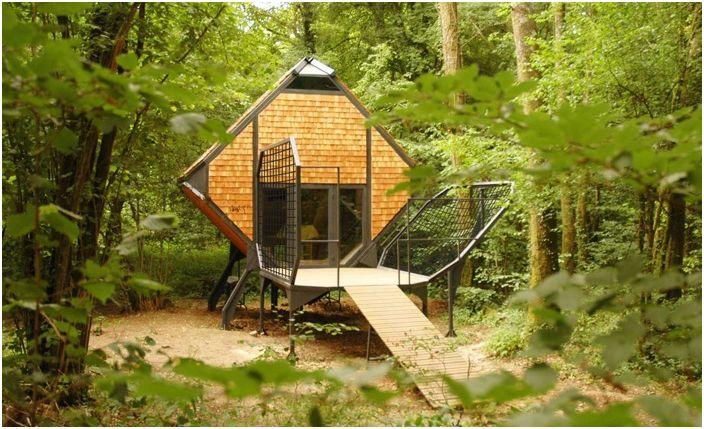 Le Nichoir е вила за прекарване на нощта в гората.