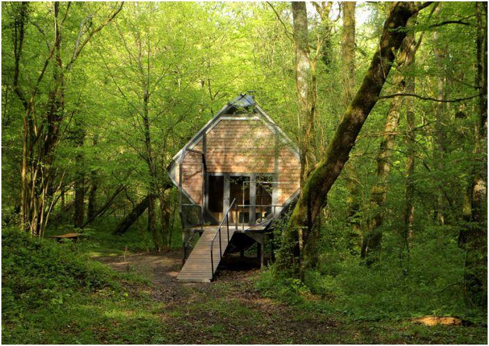 Le Nichoir to leśna chata na nocleg.