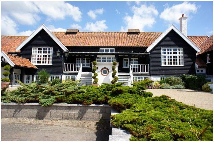 fasada prywatnego domu z bocznicy