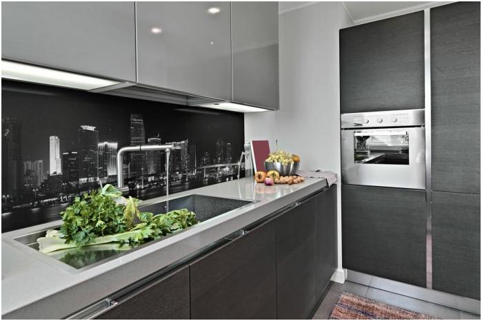 Кухненски интериор с фототапет на престилката