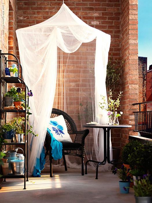 Балкон с балдахин.