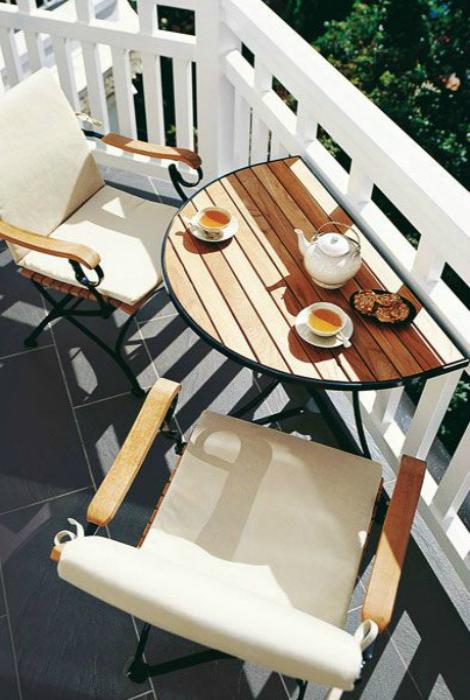 Открит балкон със сгъваема маса.