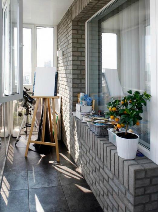 Балкон с мольберт и телескоп.