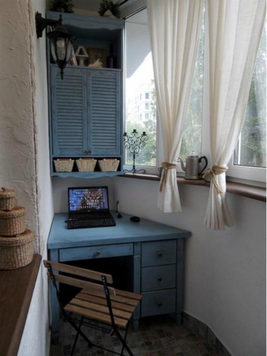 Малък балкон с бюро.