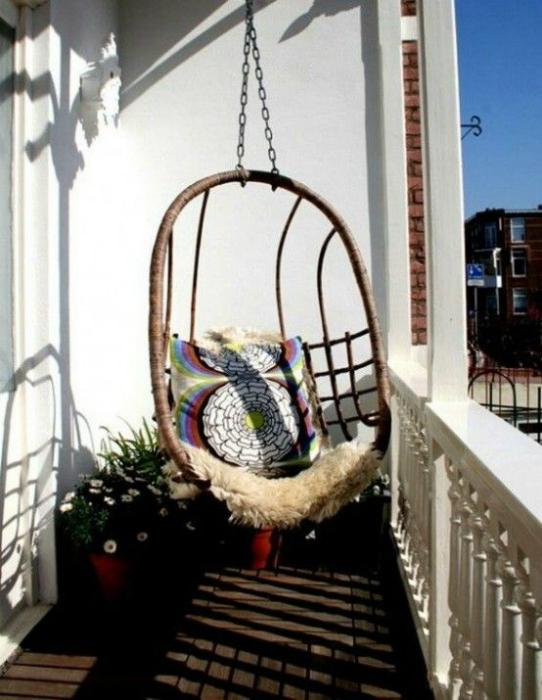 Балкон с висящ стол.