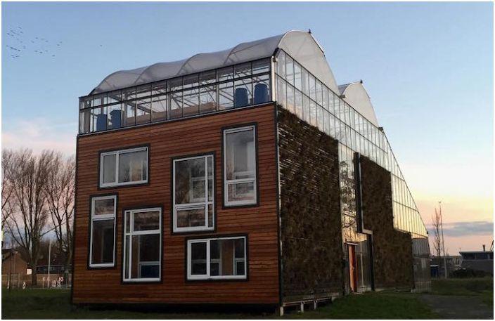 Гигантска оранжерия с жилищна сграда вътре.