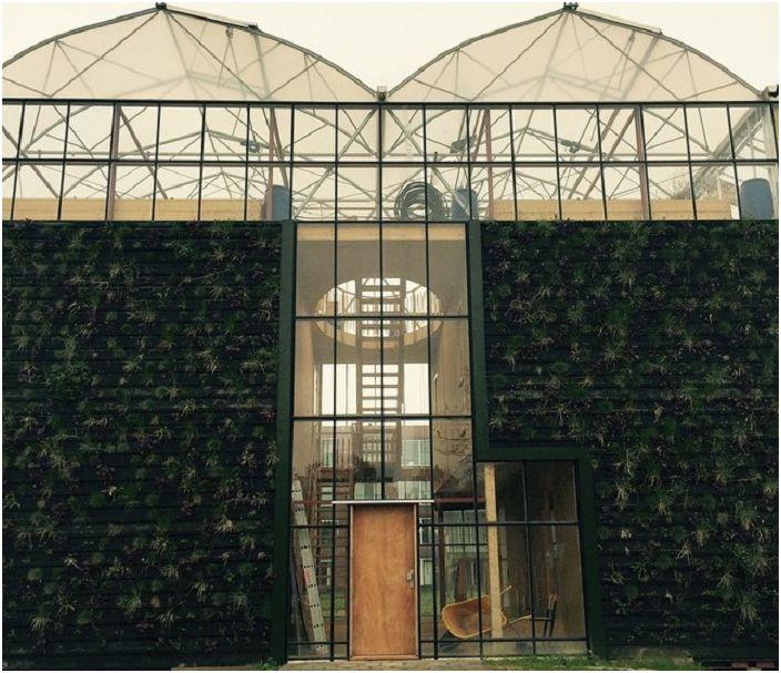 Самостоятелна къща с вертикални градини.