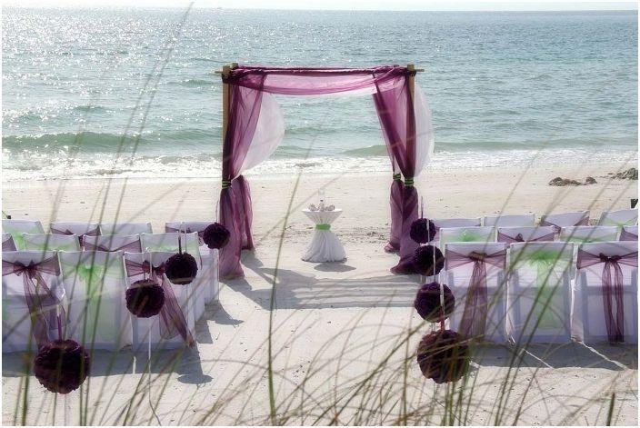 Комбинацията от бяло и лилаво е чудесен вариант при декориране на сватбено тържество.