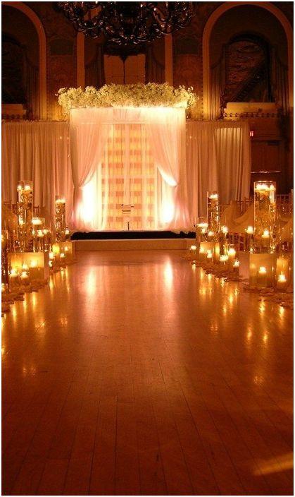 Добър вариант за декориране на сватба с беседка и интересно осветление.
