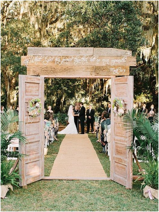 Отличен вариант за сватбена украса с помощта на дървени врати като символ на откритост.