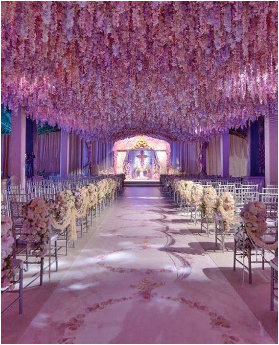 Хубав вариант за декориране на сватбено тържество в люлякови цветове - което изглежда много нежно.