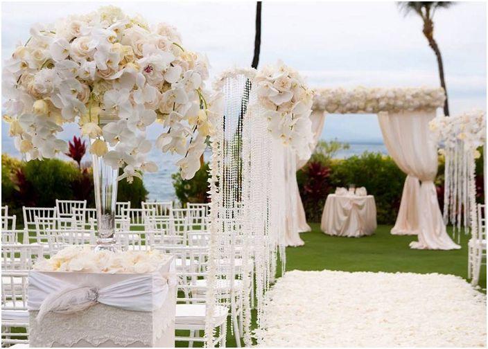 Чудесен вариант за украса на сватба в ярки цветове на открито.