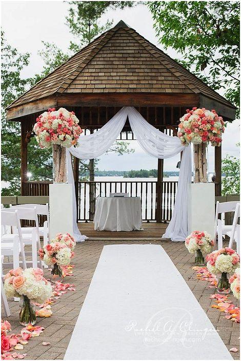 Добра атмосфера се създава благодарение на сватбената украса в шик беседка, която е украсена с цветя.