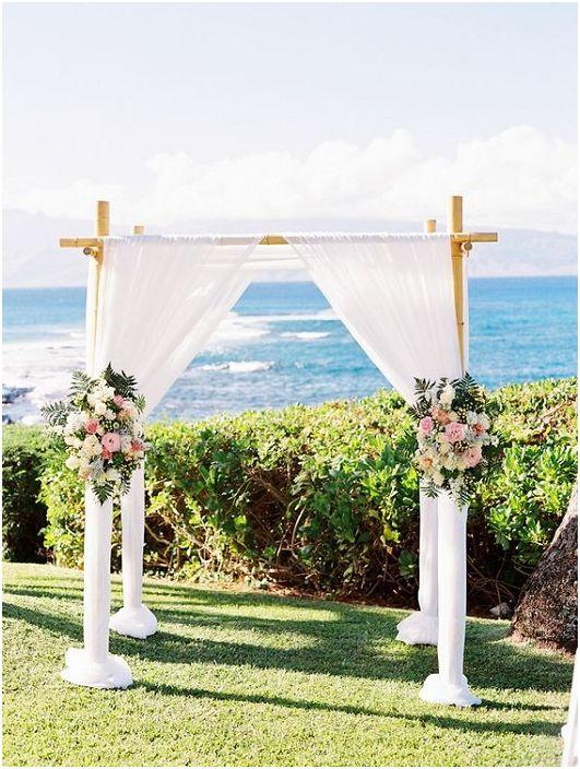 Добър вариант за празнуване на сватбено тържество край океана или морето.