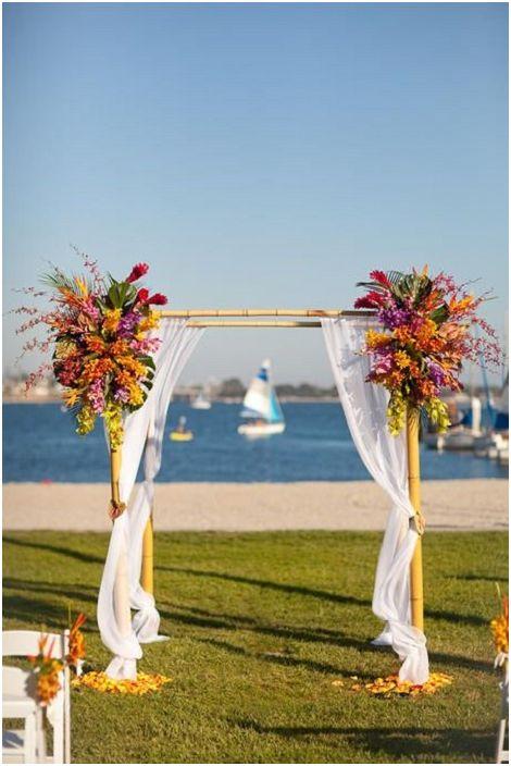 Хубава и светла беседка, която е украсена с цветя - нещо, което ще създаде страхотно настроение и прекрасна атмосфера.