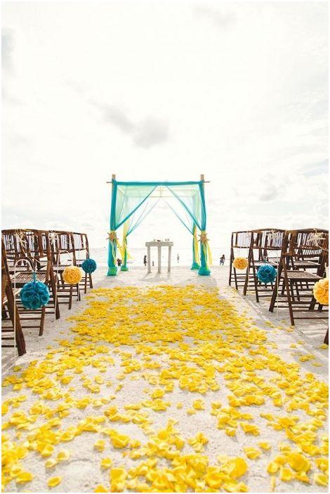Жълтите и тюркоазени тонове са ярък и креативен вариант за декориране на сватба на открито.
