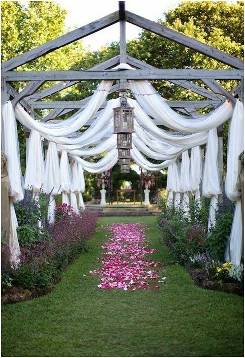 Симпатична беседка за сватба с бели завеси, която ще се впише идеално в сватбената обстановка.