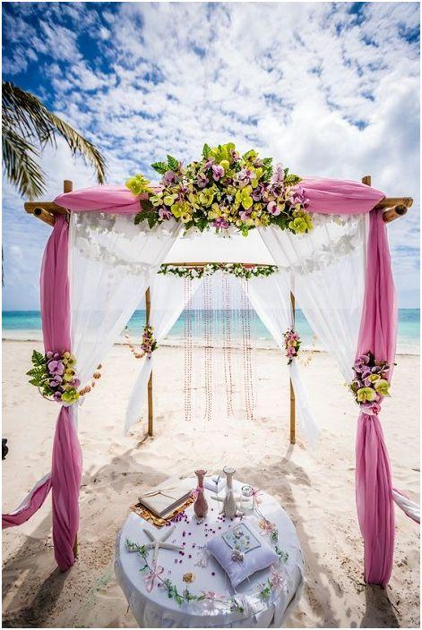 Белите и лилави тонове в сватбената украса са нещо, което ще зарадва окото и ще създаде спокойна атмосфера.