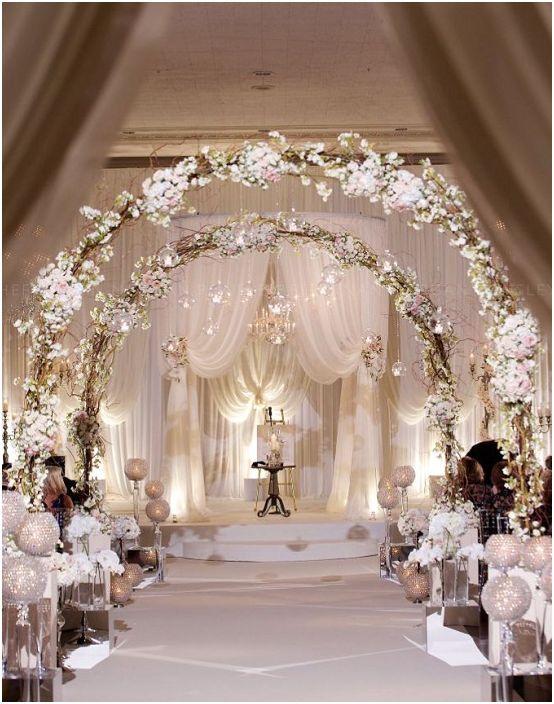 Симпатична беседка с мек крем е чудесен вариант за лека атмосфера на сватбено тържество.