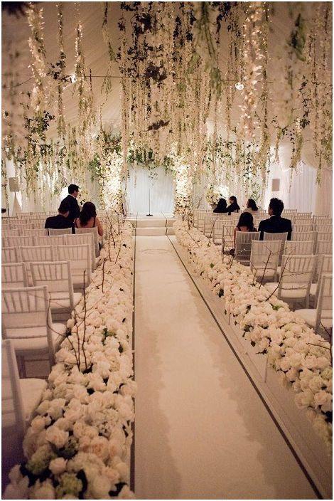 Красивата сватбена украса в кремави цветове е чудесен вариант за дизайн на сватбено тържество.