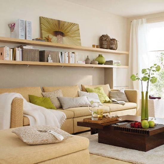 Jak wykorzystać ścianę nad sofą w salonie: pomysły na małe mieszkania