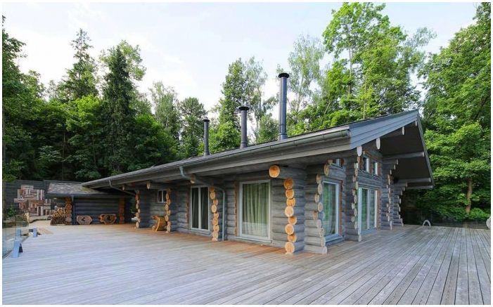 Интериор на дървена къща от дървен материал в района на Москва