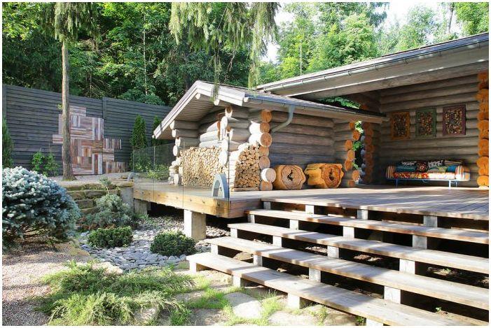 дървена дървена къща с тераса
