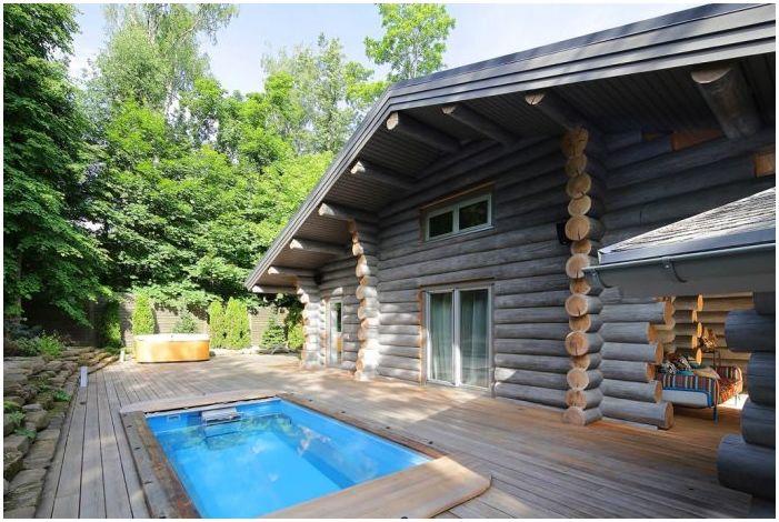 дървена дървена къща с басейн