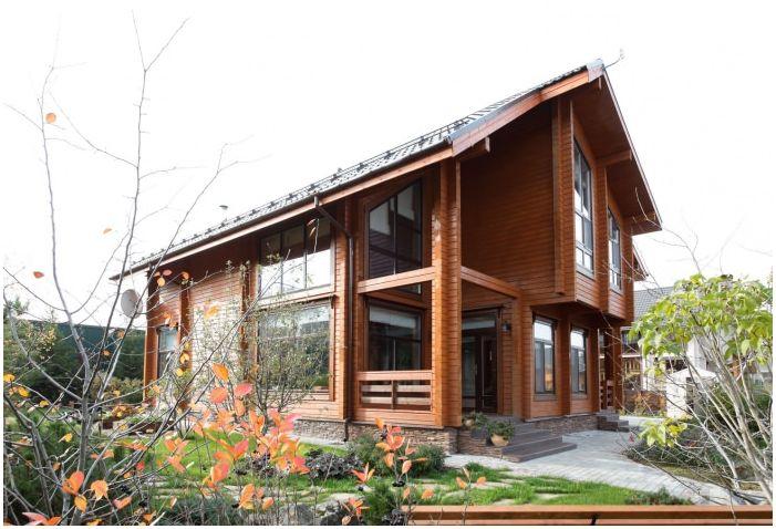 Интериор на къщата, изработен от залепен ламиниран дървен материал 200 кв. м.