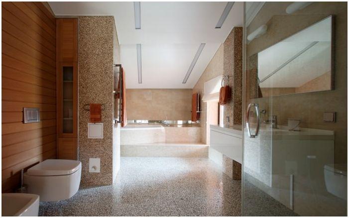 łazienka we wnętrzu domu wykonana z drewna klejonego warstwowo