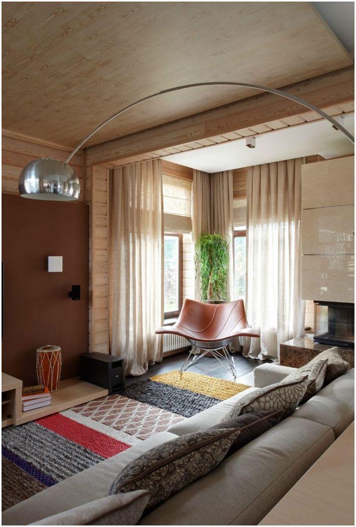 salon we wnętrzu domu z belek klejonych