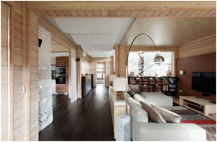 salon we wnętrzu domu z drewna klejonego warstwowo