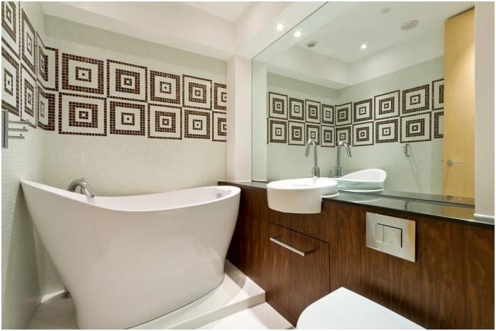 огледална стена в банята
