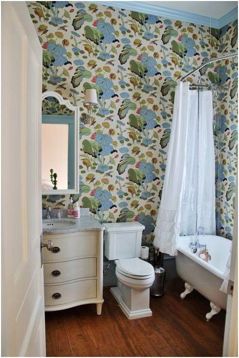 Тапет с пролетен мотив в банята