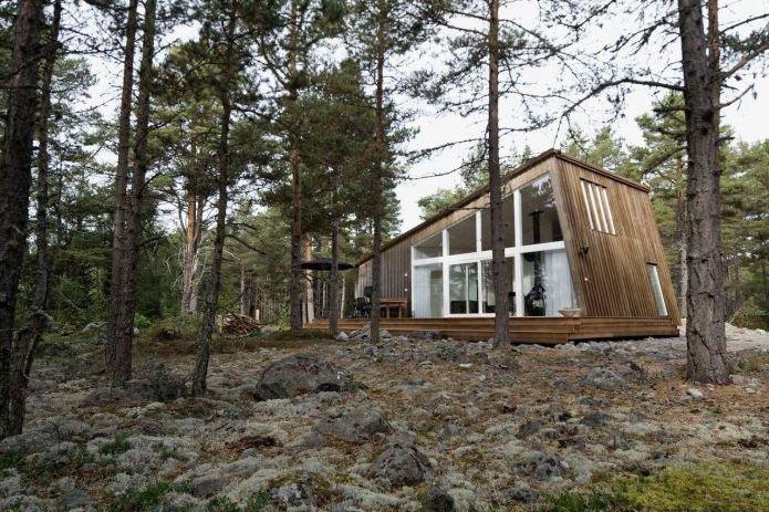 Интериор на малка частна къща в борова гора