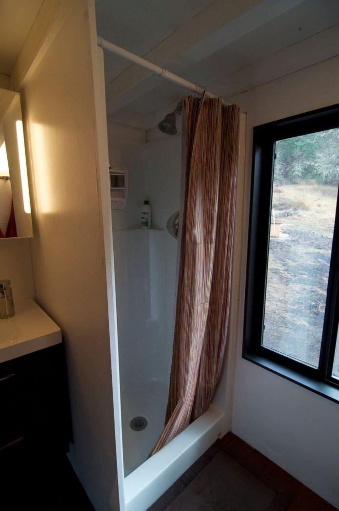 душ в мобилен домашен вагон с ремарке