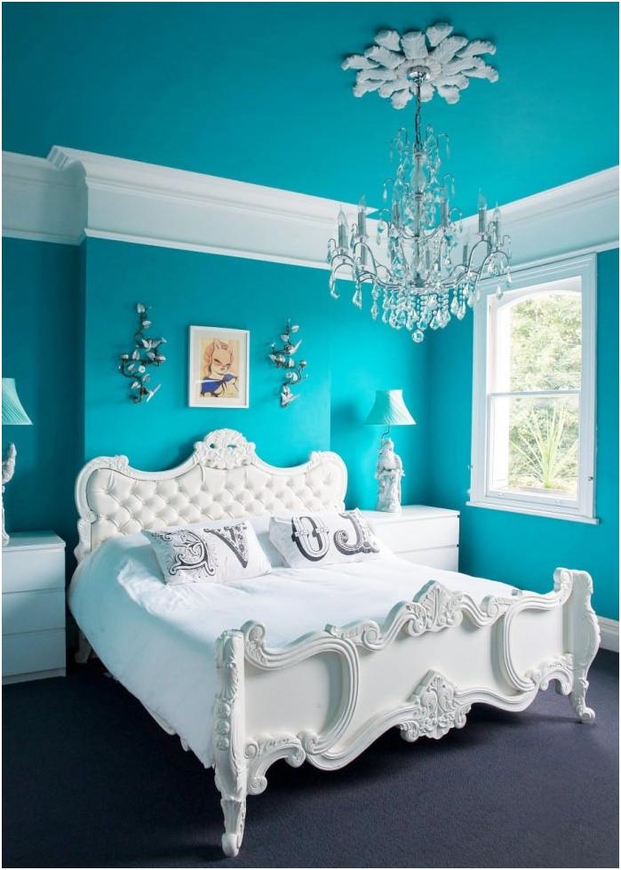 wnętrze sypialni z turkusowymi ścianami i sufitem