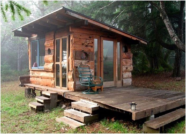 Une petite maison en bois est un endroit isolé et merveilleux pour se détendre.