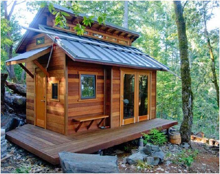 Maison en bois composée de différents types de bois. Charmant et extraordinaire.